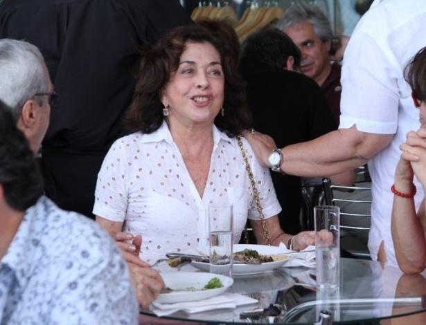 A atriz Betty Faria come feijoada em evento de confraternização do Festival do Rio (6/10/12)