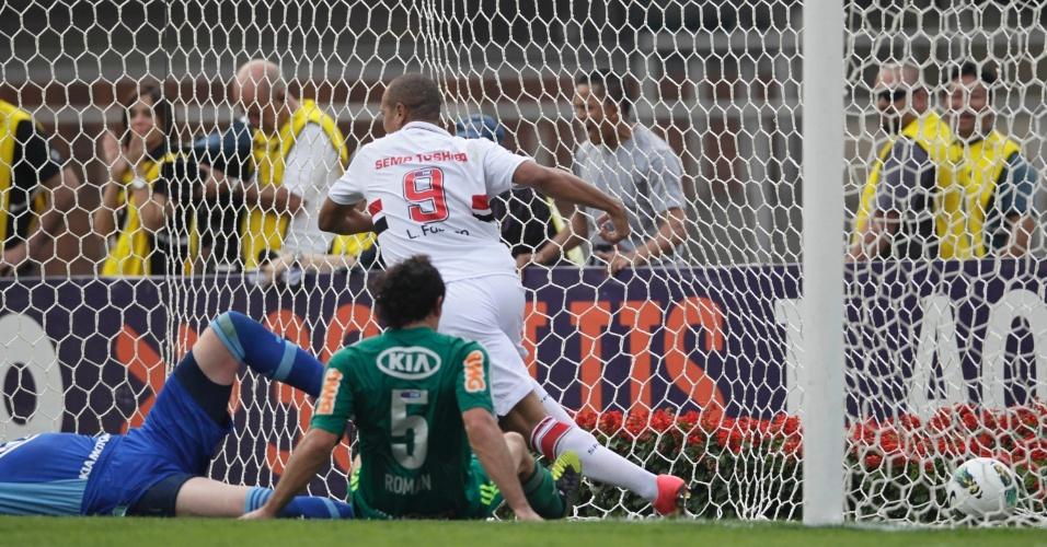 Após bela jogada de Lucas, Luis Fabiano finaliza e marca o primeiro do São Paulo no Morumbi