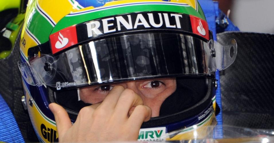 Bruno Senna se prepara para entrar na pista de Suzuka para participar do treino de classificação para o GP do Japão