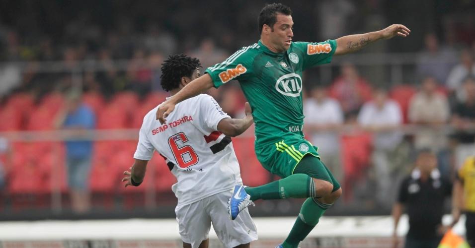 Daniel Carvalho e Cortez disputam pela bola durante clássico no Morumbi