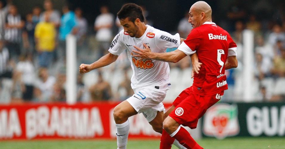 Felipe Anderson escapa da marcação de Guiñazu durante jogo na Vila Belmiro
