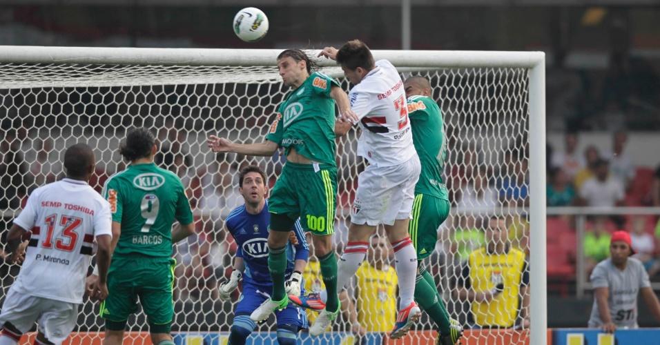 Henrique e Rafael Tolói disputam bola aérea na área do Palmeiras no Morumbi