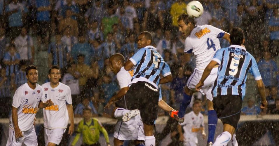 Jogadores de Grêmio e Cruzeiro disputam pela bola debaixo de chuva no Olimpico