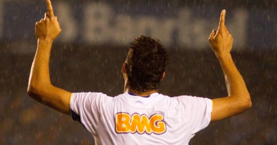 Jogadores do Cruzeiro comemoram gol de Anselmo Ramon na partida contra o Grêmio no Olimpico