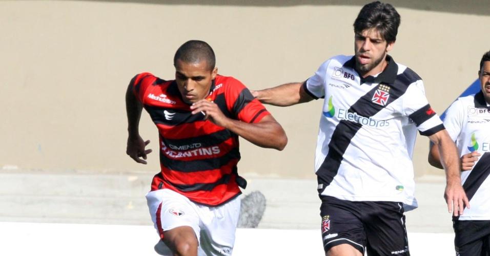 Juninho Pernambucano disputa bola com Patric, do Atlético-GO no Serra Dourada