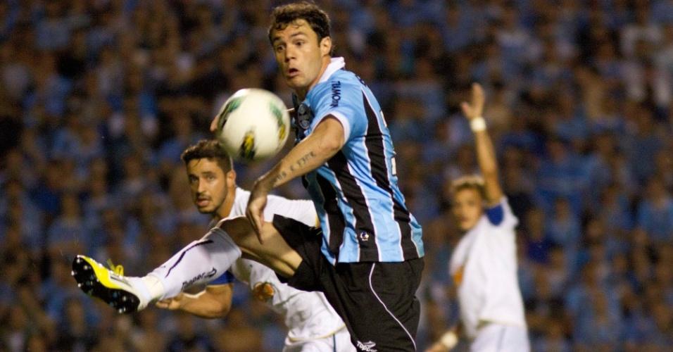 Kléber tenta dominar a bola durante jogo contra o Cruzeiro no Olimpico