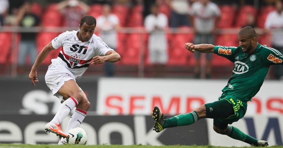 Lucas dribla Maurício Ramos antes de dar o passe para o gol de Luis Fabiano no Morumbi