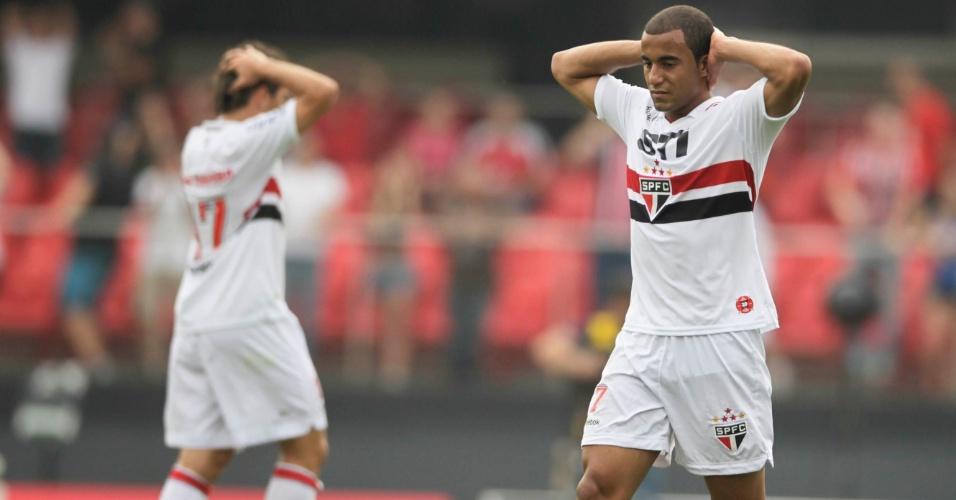 Lucas lamenta chance de gol perdida no clássico com o Palmeiras no Morumbi