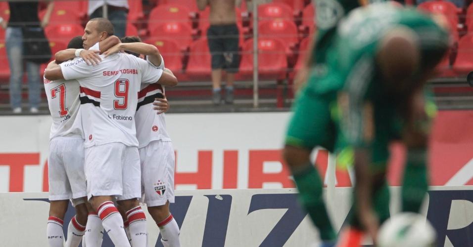 Luis Fabiano comemora com companheiro de equipe o gol marcado no clássico contra o Palmeiras no Morumbi, o primeiro do São Paulo