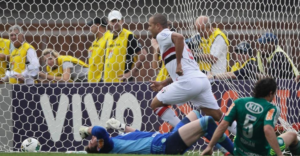 Luis Fabiano corre para comemoração após marcar o primeiro gol do São Paulo no Morumbi