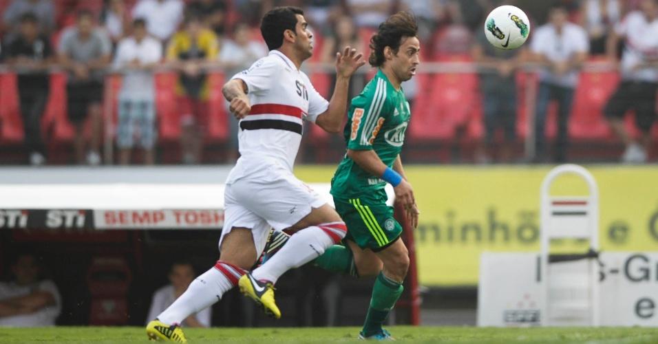 Maicon e Valdivia brigam pela bola durante clássico no Morumbi