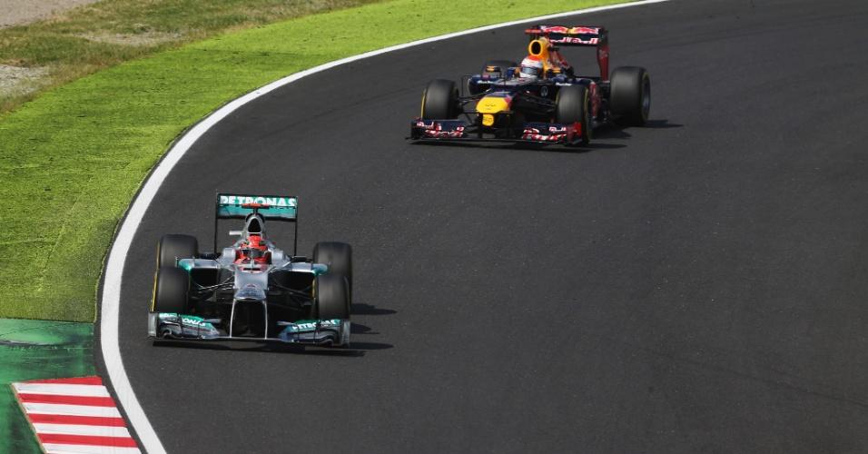 Michael Schumacher anda à frente de Sebastian Vettel durante o treino de classificação para o GP do Japão