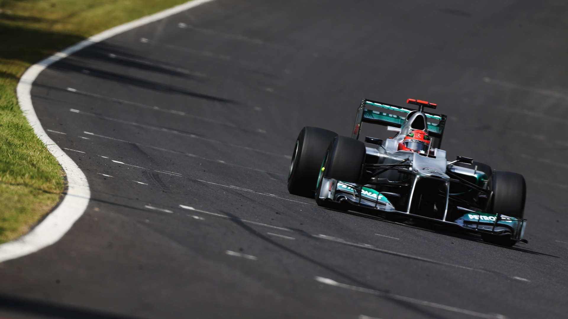 Michael Schumacher conduz sua Mercedes pelo circuito de Suzuka durante o treino de classificao para o GP do Japo