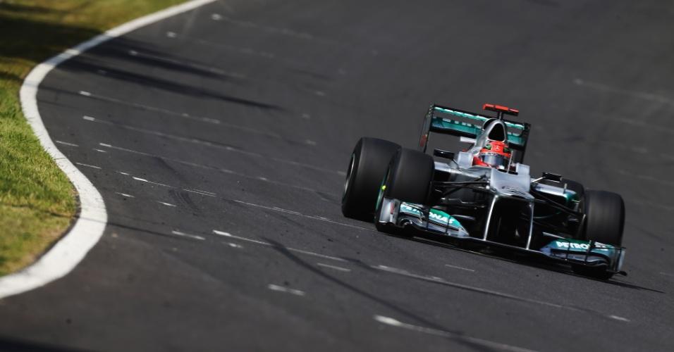 Michael Schumacher conduz sua Mercedes pelo circuito de Suzuka durante o treino de classificação para o GP do Japão