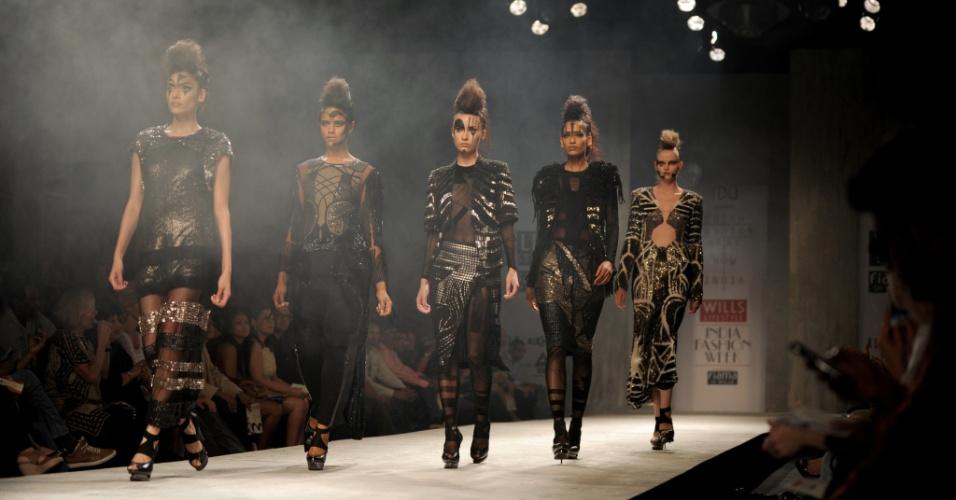 Modelos desfilam criações dos estilistas indianos Rohit Gandhi e Rahul Khanna, em parceria com os dinamarqueses Diederik Verbake e Marieke Holthuis, durante a Semana de Moda da Índia, em Nova Déli (06/10/2012)
