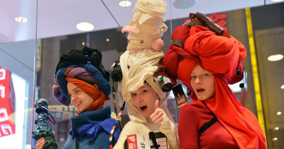 Modelos posam usando peças da fast fashion Uniqlo em Tóquio, Japão. A produção - que leva turbantes criados com peças torcidas e decorados com câmeras fotográficas e outros elementos eletrônicos - foi assinada por Nicola Formichetti, stylist da cantora Lady Gaga (06/10/2012)