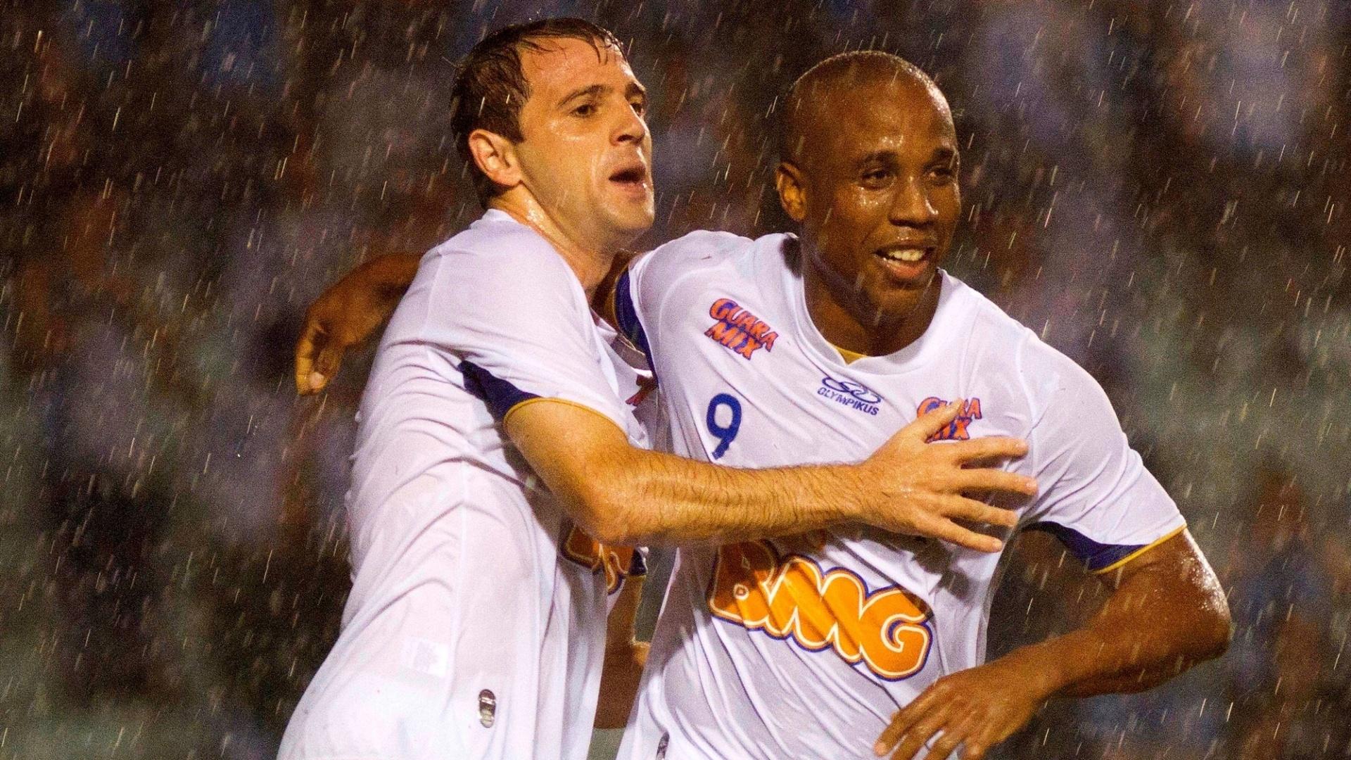 Montillo e Borges comemoram gol de Anselmo Ramon contra o Grêmio no Olimpico