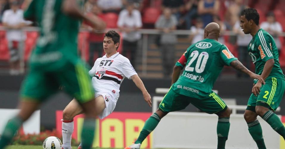 Observado por Marcos Assunção e Artur, Osvaldo tenta dominar a bola no Morumbi