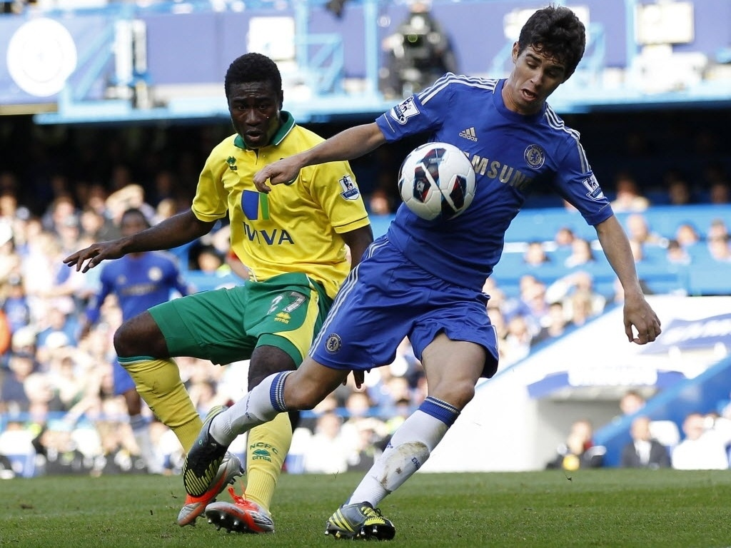 Oscar, meia brasileiro do Chelsea, tenta o lance na partida contra o Norwich City, pelo Campeonato Ingls