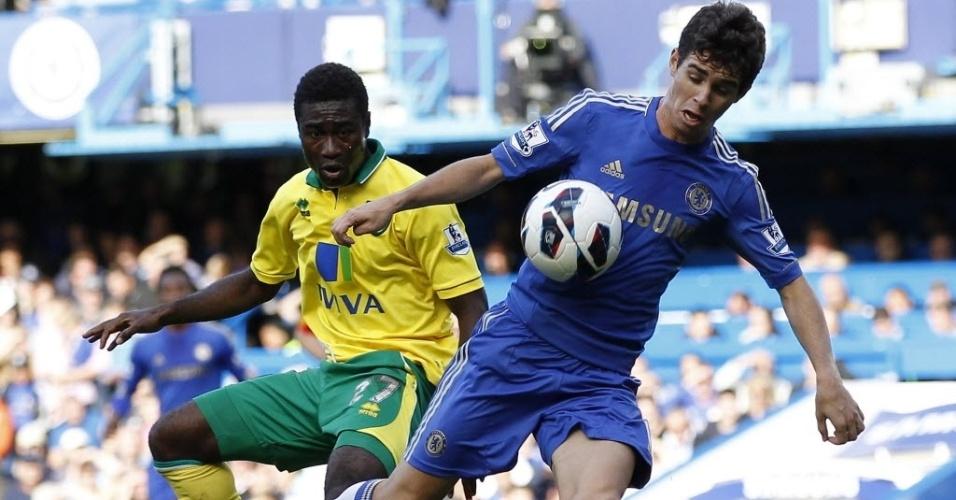 Oscar, meia brasileiro do Chelsea, tenta o lance na partida contra o Norwich City, pelo Campeonato Inglês