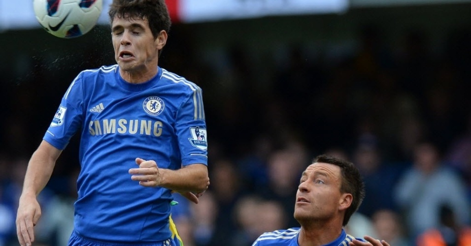 Oscar tenta o cabeceio enquanto  observado por Terry na partida do Chelsea contra o Norwich, pelo Campeonato Ingls