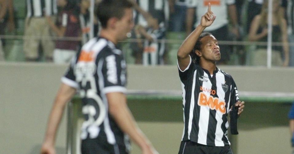 Ronaldinho Gaúcho chora após marcar para o Atlético-MG na vitória sobre o Figueirense
