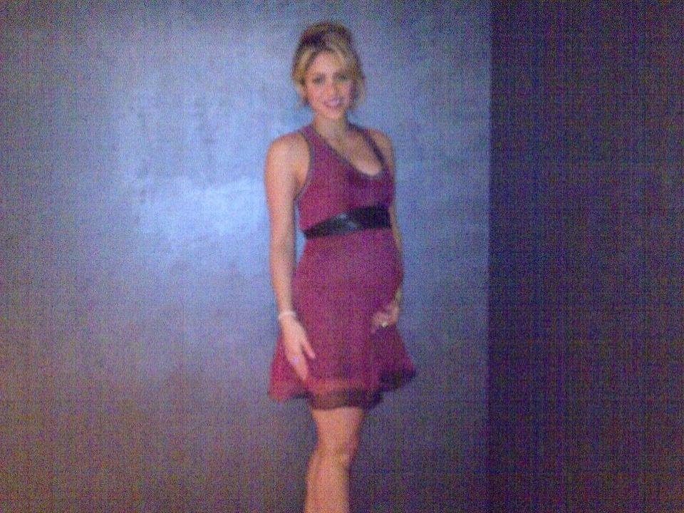 Shakira exibe barriguinha de grávida pela primeira vez em foto publicada em sua página no Facebook. A cantora colombiana está grávida de seis meses de um menino, fruto de seu relacionamento cm o jogador Gerard Piqué