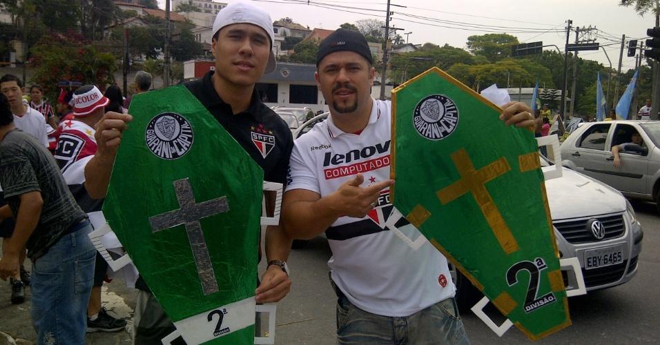 """Torcedores são-paulinos levam """"caixão"""" do Palmeiras para o clássico no Morumbi"""