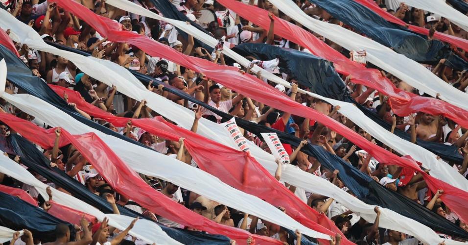 Torcida do São Paulo comemora vitória no clássico contra o Palmeiras no Morumbi