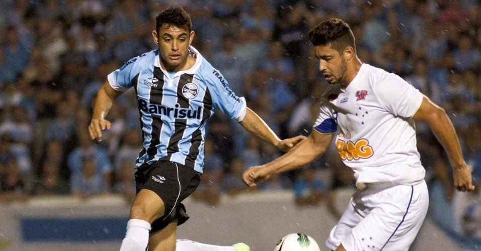 Werley, do Grêmio, disputa com Everton, do Cruzeiro, em partida entre as equipes do Gremio e Cruzeiro, valida pela 28 rodada do Campeonato Brasileiro, no estadio Olimpico em Porto Alegre