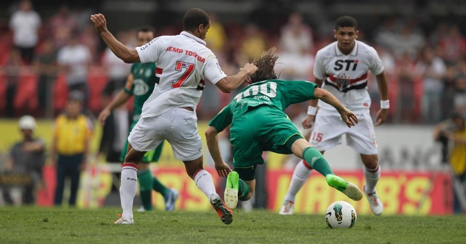 Zagueiro Henrique, do Palmeiras, cai após choque com Lucas durante clássico com o São Paulo no Morumbi