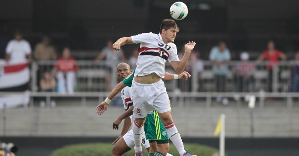 Zagueiro Rafael Tolói afasta, de cabeça, bola na área do São Paulo
