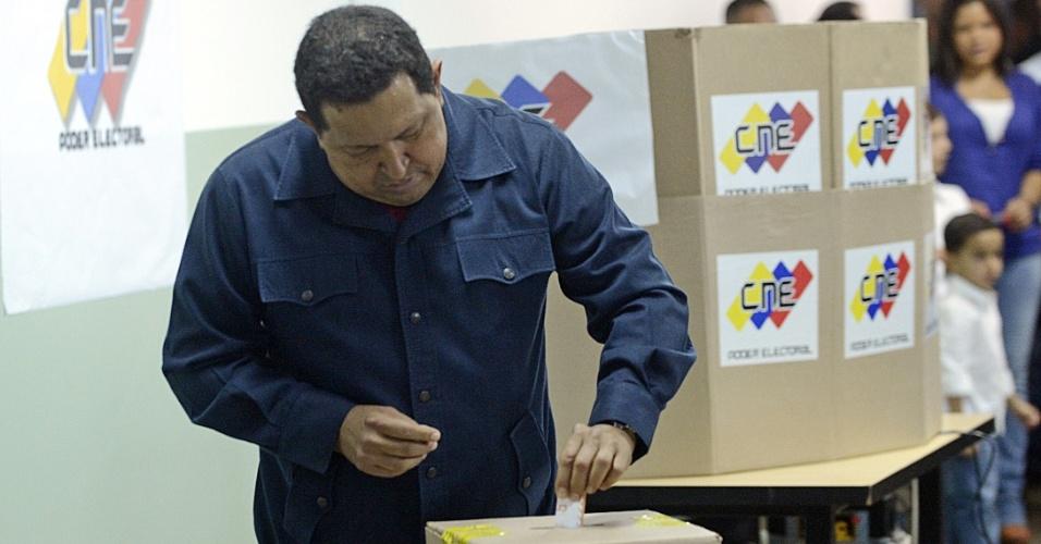 """7.out.2012 - O presidente da Venezuela, Hugo Chávez, vota em Caracas prometendo """"reconhecer os resultados"""" da eleição, na qual tenta seu quarto mandato consecutivo. Esta é a mais acirrada disputa presidencial que Chávez já enfrentou em quase 14 anos no poder. O candidato da oposição, Henrique Capriles, tem chances reais de vitória"""