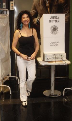 A atriz Claudia Alencar sorri ao deixar a urna eletrônica em seção em São Conrado