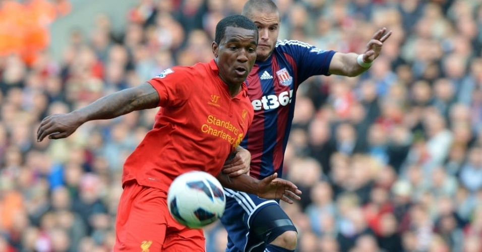 Andre Wisdom (esq.), do Liverpool, disputa bola com Knightly, do Stoke City, pelo Campeonato Inglês