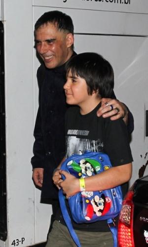 Arnaldo Antunes deixa o Espaço das Américas acompanhado pelo filho. (6/10/2012)