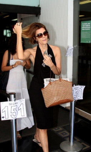 Atriz Mônica Torres vota na manhã deste domingo. (7/10/2012)
