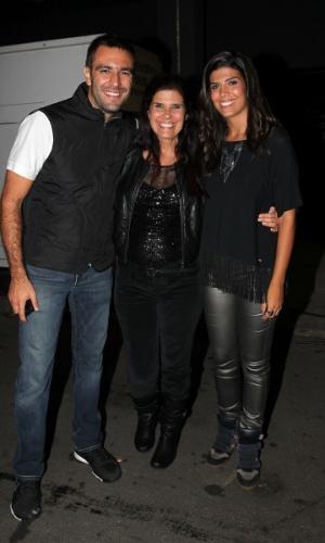 Atriz Rosana Garcia com a filha e o genro prestigiaram o Titãs em São Paulo. (6/10/2012)