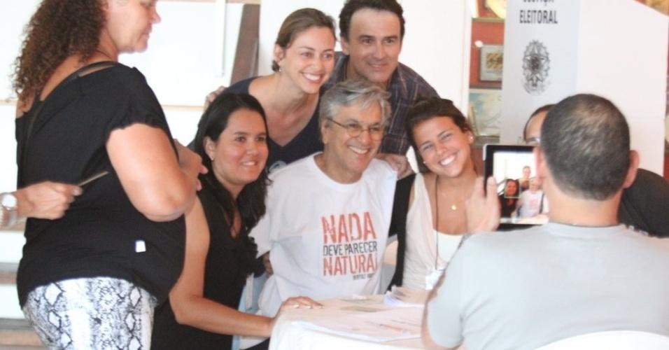 Caetano Veloso posa para fotos com mesários e fãs na seção em Copacabana