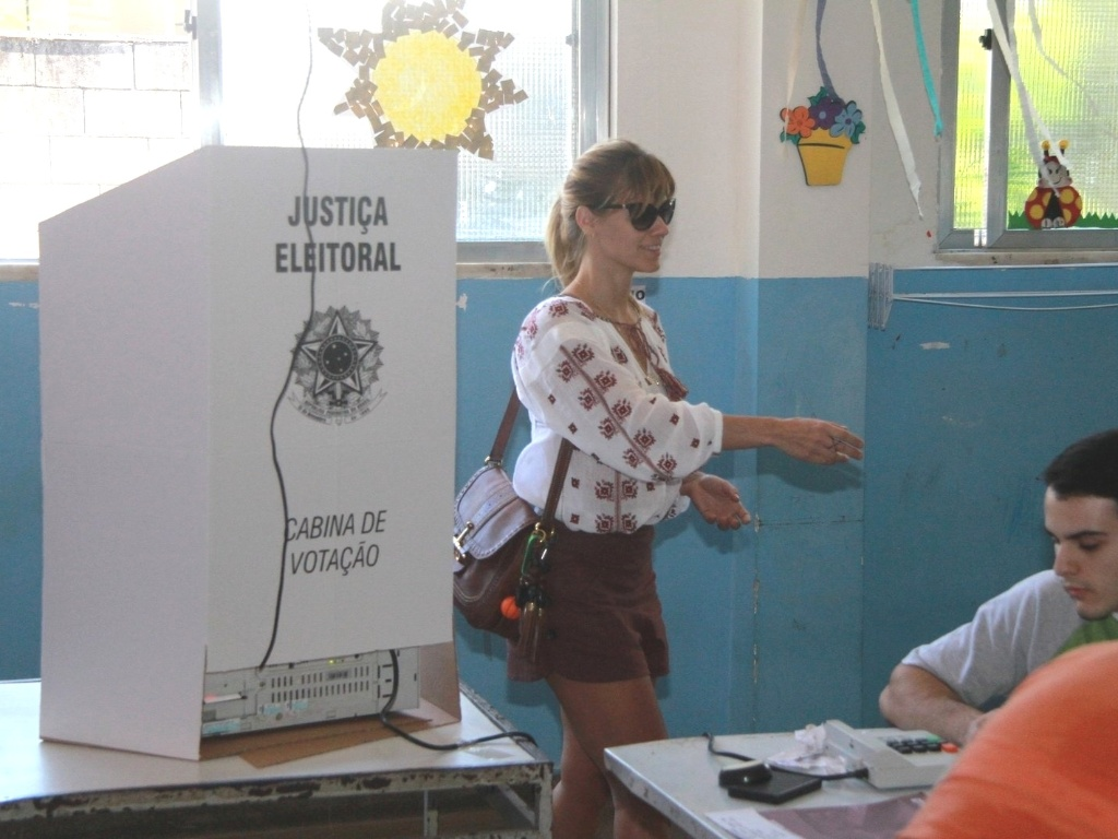Carolina Dieckman vai votar para prefeito e vereador do Rio de Janeiro (7/10/2012)