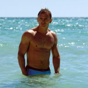 Sunga azul usada por Daniel Craig em 007 - Casino Royale é vendida por R$ 140 mil