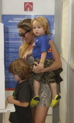 Danielle Winits vota com os filhos Noah e Guy (no colo)