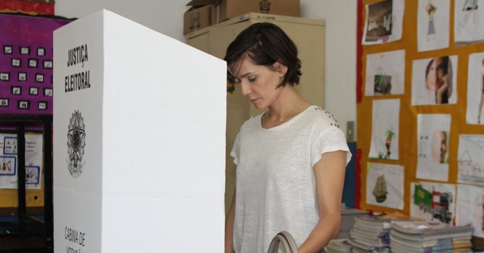 Deborah Secco vota em uma seção na Barra da Tijuca