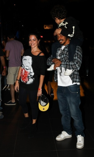 Enteada de Branco Mello, Diana Bouth acompanha show do Titãs com o filho e com o marido. (6/10/2012)