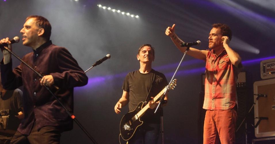 Ex-integrantes Arnaldo Antunes e Nando Reis com Paulo Miklos, da atual formação, em show do Titãs. (6/10/2012)