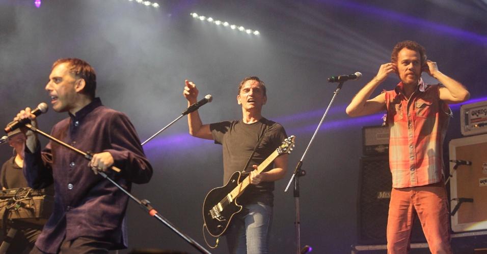 Ex-integrantes Arnaldo Antunes e Nando Reis com Paulo Miklos em show do Titãs. (6/10/2012)