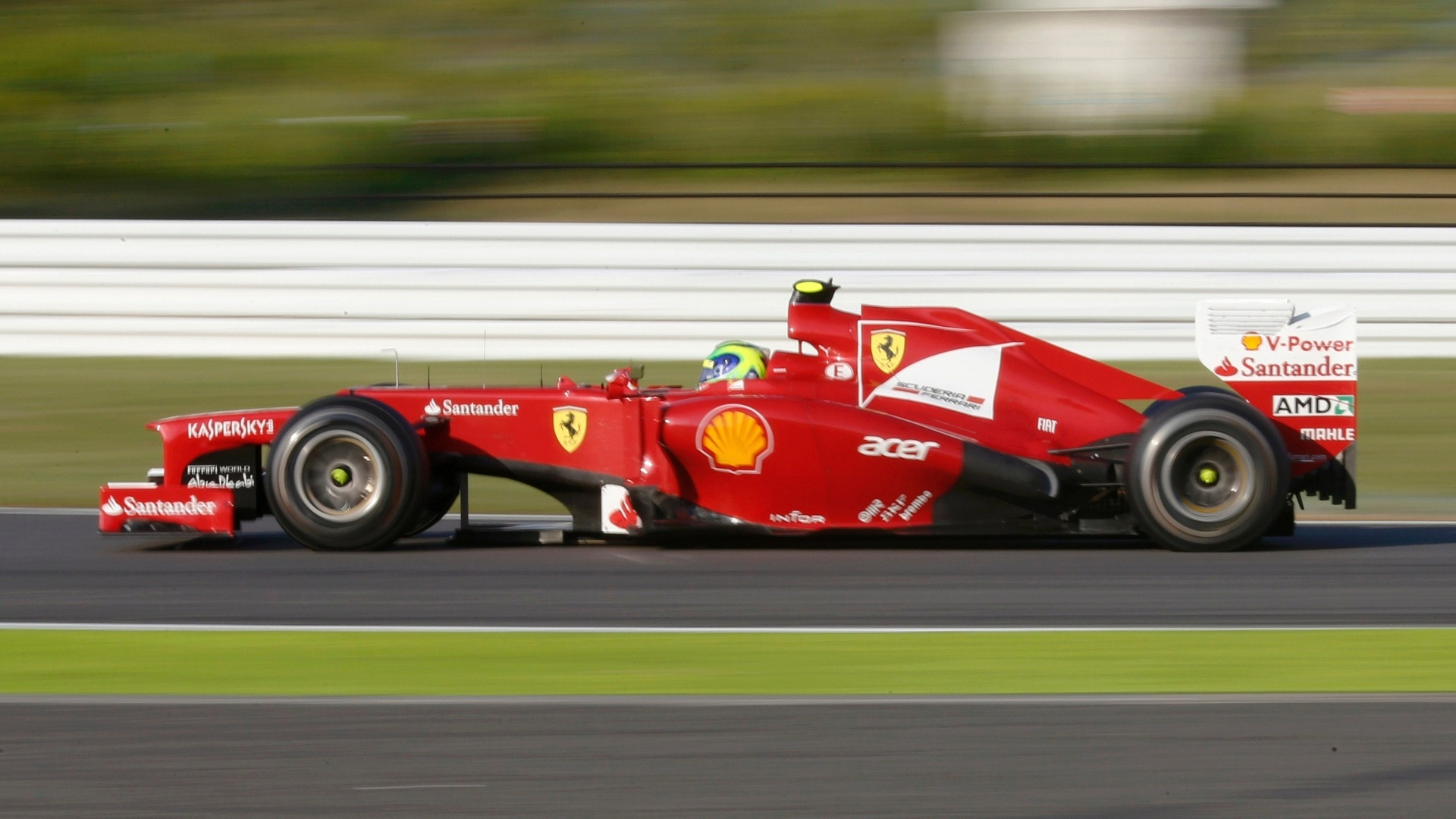 Felipe Massa acelera sua Ferrari pela pista de Suzuka durante o GP do Japão
