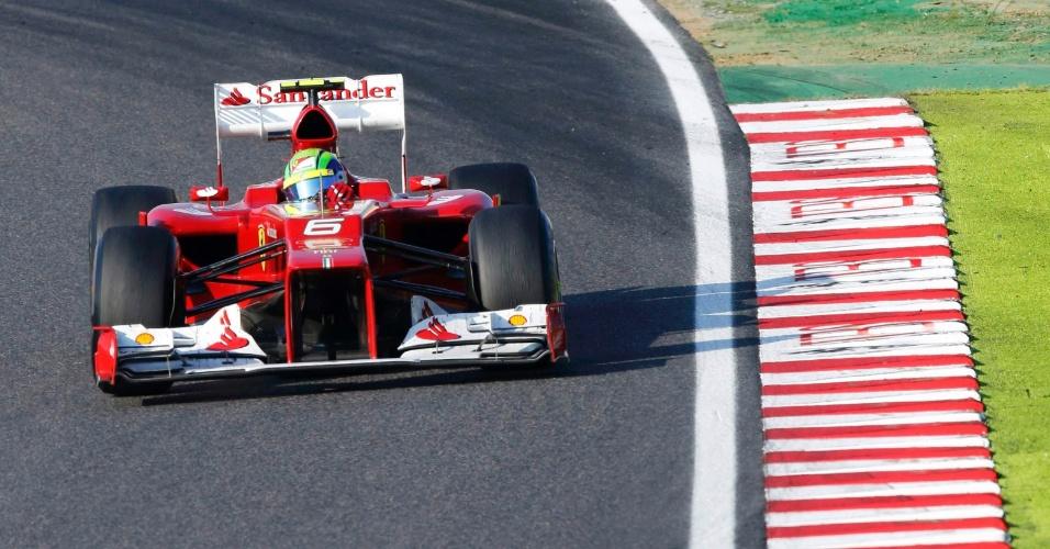 Felipe Massa acelera sua Ferrari pelo circuito de Suzuka durante o GP do Japão