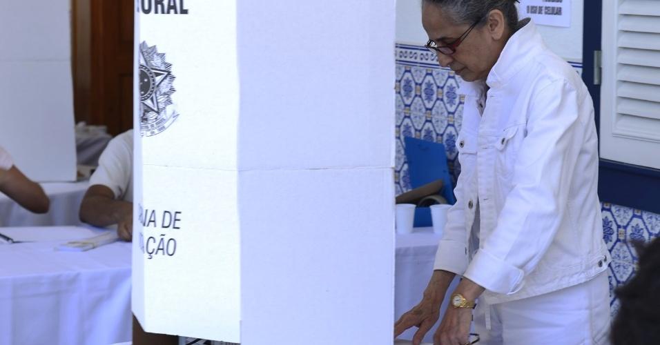 Maria Bethânia vota no Rio de Janeiro. (7/10/2012)