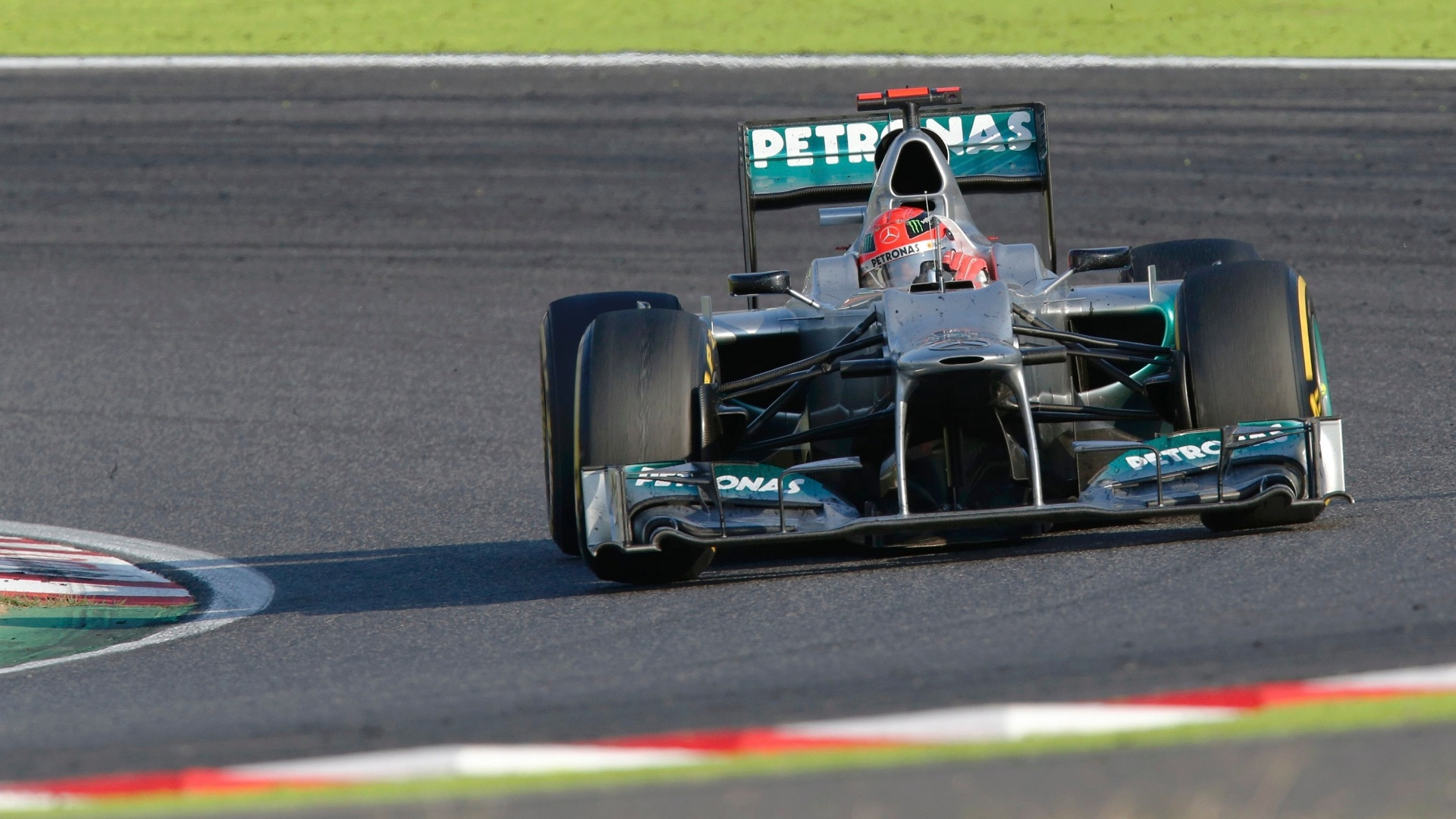 Michael Schumacher pilota sua Mercedes pelo circuito de Suzuka 